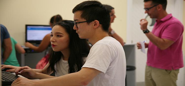 Primer día de Preinscripción en la UCA, los futuros estudiantes universitarios acuden para informarse y presentar sus solicitudes