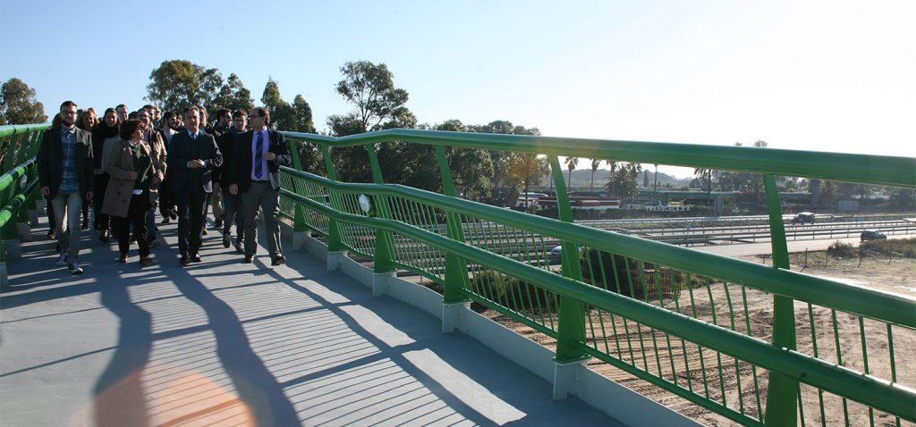 L'UCA inaugure la passerelle qui connecte l'École Supérieure d'Ingénierie et la station Las Aletas