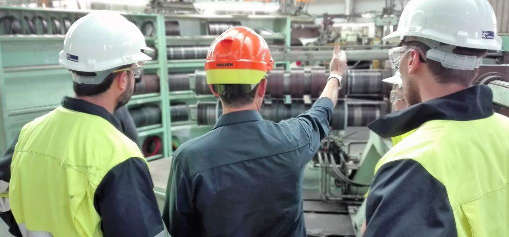 Alumnado del máster en Ingeniería Industrial de la UCA finaliza su periodo formativo en la planta de Acerinox Europa