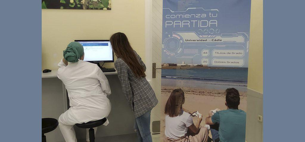 Comienza la preinscripción en la UCA, el futuro alumnado acude para informarse y presentar sus solicitudes