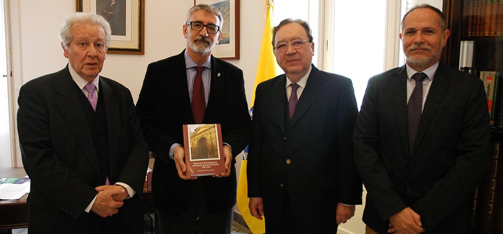La Real Academia de San Dionisio entrega a la UCA una obra sobre su historia en Jerez desde 1948