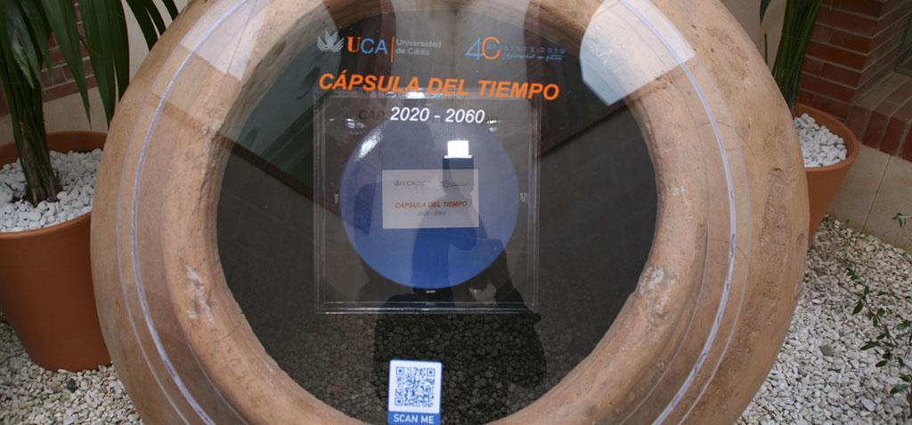 La UCA clausura los actos conmemorativos con la ubicación de una Cápsula del Tiempo en el Patio del 40 aniversario