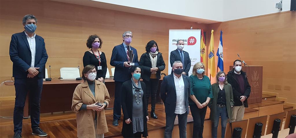 El rector de la UCA recibe el I Premio #HombreImparable en el Campus de Jerez