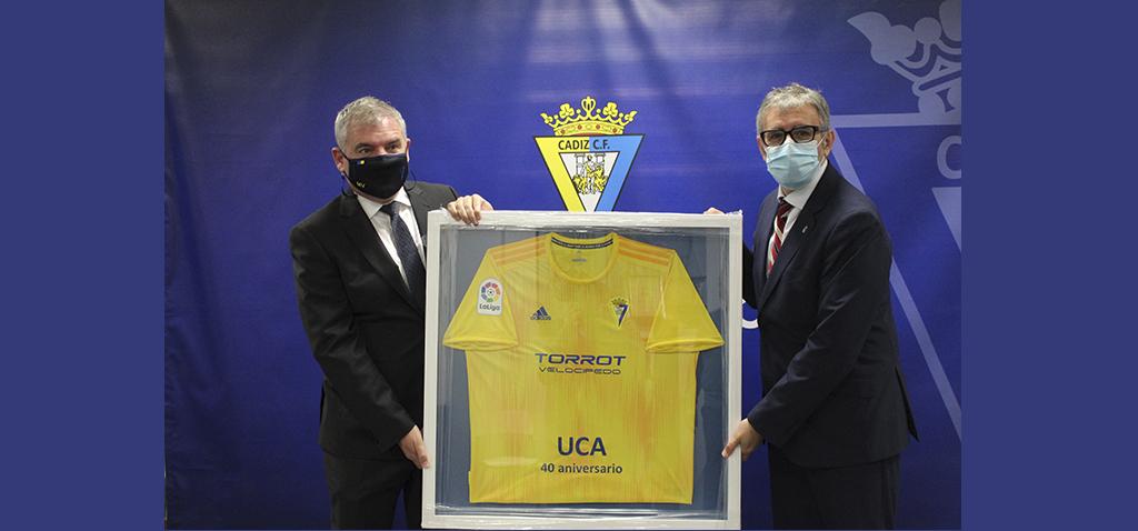 Cádiz CF entrega a la UCA una camiseta enmarcada conmemorativa por su 40º aniversario