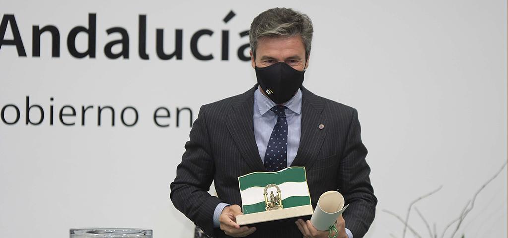 El presidente del Consejo Social de la UCA recibe la bandera de Andalucía