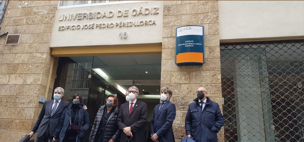 La Universidad de Cádiz rotula con el nombre de José Pedro Pérez-Llorca su edificio de la calle Ancha 10