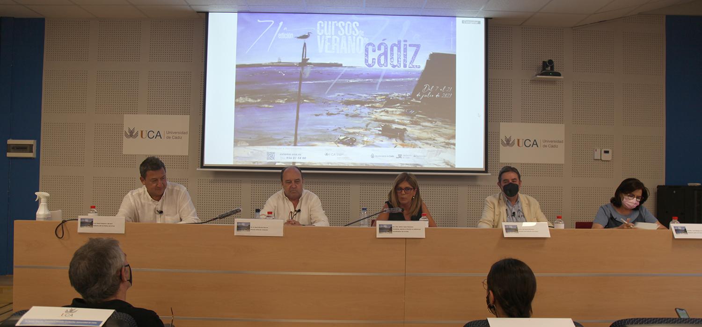 Los Cursos de Verano de Cádiz acogen una mesa redonda sobre el uso de la lengua española en el periodismo político