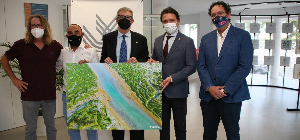 El Parque Natural Bahía de Cádiz regala un cuadro del Trocadero a la Universidad de Cádiz